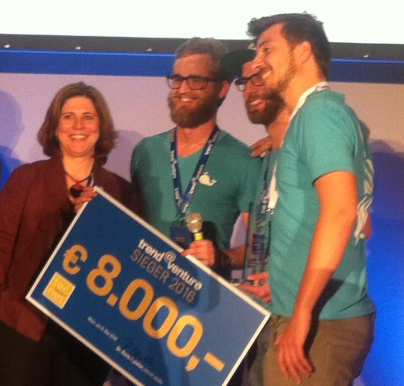 Dr. Doris Agneter überreicht den Siegerscheck an das Team von Swell Foto: tecnet